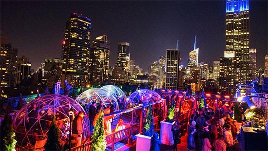atmosfera suggestiva in un rooftop bar di New York