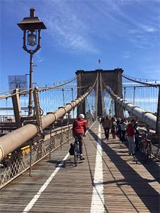 attraversare il ponte di brooklyn in bicicletta