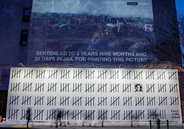 Il murales di Banksy in sostegno di Zehra Dogan