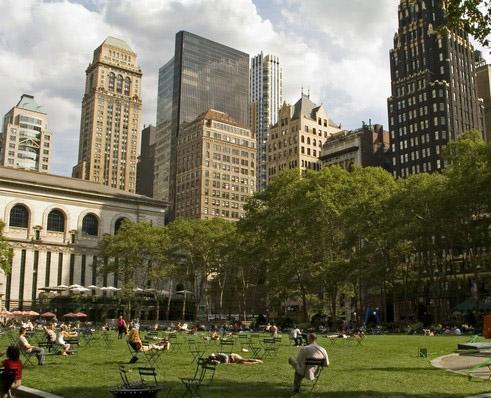Vista del Bryant Park a New York circondato dai grattacieli
