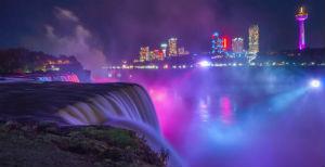 Cascate del Niagara illuminate di notte