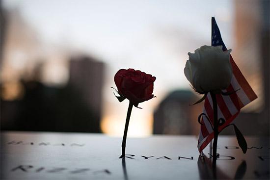 un dettaglio del memoriale delle Torri Gemelle, con un fiore a memoria di una vittima