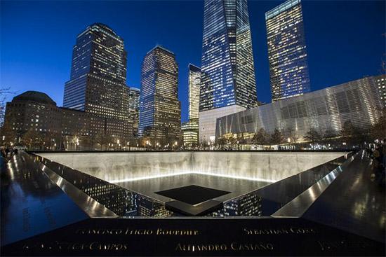 il memoriale 9/11 visto di sera, illuminato artificialmente