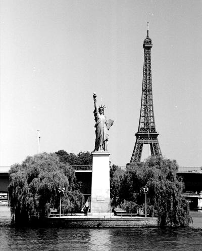 La Statua della Libertà a Parigi