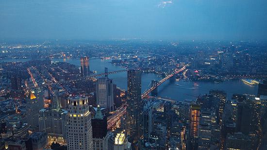 Vista serale di New York dall'osservatorio panoramico della Freedom Tower